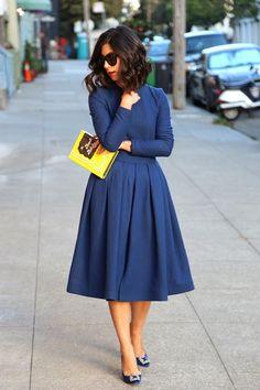 vestido midi azul escuro carteira amarela livro