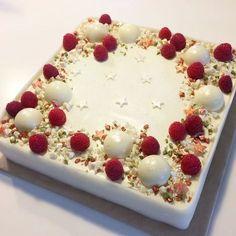 Har lave denne skønne fødselsdagslagkage til min veninde. Lagkagen består af nøddebund, vaniljelagkagebunde, hindbærmousse, tobleronemousse og vaniljemousse