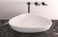 Une vasque large et originale pour un confort maximal - Et de nouveau, une robinetterie noire décidément très tendance (source CôtéMaison.fr) Le plus éco-responsable : un plan vasque réalisé en pierre naturelle