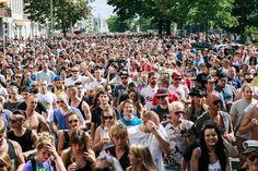 """Am Samstag haben beim """"Zug der Liebe"""" in Berlin weit mehr als 10.000 Menschen sich selbst, das Leben und die Liebe gefeiert."""