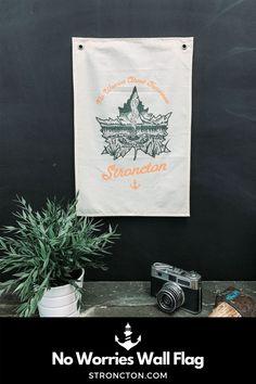 Warum eigentlich ein normales Poster oder Foto aufhängen, wenn es auch unsere Decor Wall-Flags gibt? Ein Banner mit No Worries Aufdruck aus zweifarbigem Siebdruck vorne mit verstärkten Ösen zum Aufhängen. Die Canvas Fahne ist aus nachhaltiger und fairer Produktion, made in Salzburg aus 100 % Bio-Baumwolle. 30 x 45 cm. #canvas #walldecor # wallbanner #banner #wallflag #decor #quote Banner, My Canvas, Salzburg, Clothing Company, No Worries, My Design, Poster, Flag, Instagram