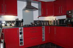 Wnętrza, kuchnia czerwona high gloss - czerwone fronty drzwi, szare sciany, podloga czarno-grafitowa, podobaja mi sie te szufladki na butelki po winie :)