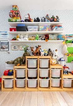 Quarto infantil tem papel de parede de bolinhas, móvel para organizar brinquedos, prateleiras com objetos e quadros pendurados. Bureau Design, Teen Decor, Kids Decor, Home Decor, Living Pequeños, Kids Bedroom, Bedroom Decor, Kids Room Organization, Kid Playroom