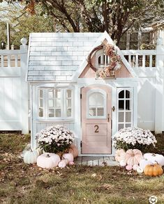 Simple & Elegant Fall Decor: Kitchen Fall Decor - The Pink Dream - - Simple fall decor tips: how to decorate your home for fall with pumpkins, mini pumpkins and candles. Simple tips to create beautiful fall decor vignettes. Fall Kitchen Decor, Fall Home Decor, Autumn Home, Casa Wendy, Wendy House, Elegant Fall Decor, Backyard Playhouse, Outdoor Playhouses, Pink Pumpkins