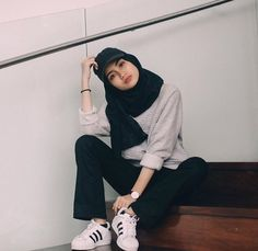 joliment, fille, hijab, l& Fashion 90s, Modern Hijab Fashion, Street Hijab Fashion, Hijab Fashion Inspiration, Muslim Fashion, Look Fashion, Fashion Outfits, Sporty Outfits, Classy Outfits
