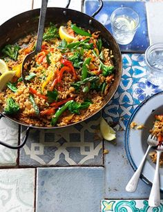 This vegetarian version of a classic Spanish recipe takes just 30 minutes to cook! This vegetarian version of a classic Spanish recipe takes just 30 minutes to cook! Veggie Recipes, Vegetarian Recipes, Dinner Recipes, Cooking Recipes, Healthy Recipes, Vegetarian Paella, Veggie Meals, Vegetarian Picnic, Yummy Veggie