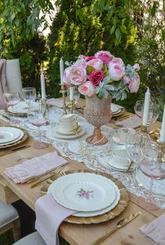 Tips for Setting a Vintage Style Tablescape Hello friends. I hope you are warm wherever you are because frigid conditions are spreading into the Northeast. I have been collecting vintage dinn… Tea Party Table, Dinner Table, Brunch Table, Vintage Stil, Vintage China, Antique China, Table Rose, Muebles Shabby Chic, Romantic Table