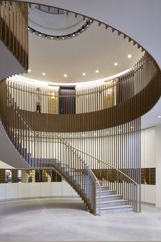 17 Must-See Staircase Railing Designs Incredible outdoor wood stair railing ideas you'll love Stairway Railing Ideas, Wood Railings For Stairs, Staircase Railing Design, Luxury Staircase, Modern Staircase, Stair Design, Staircase Pictures, Staircase Decoration, Interior Stairs