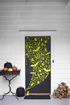Get ready to add some spooky goodness to your home with these DIY Halloween crafts and projects from FamilyFun Magazine.