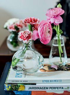 Encha sua casa de flores por todos os cantos e de todas as cores. Elas embelezam os ambientes de um jeito inigualável e ainda têm um cheirinho delicioso (Foto: Editora Globo)