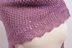 Schema di scialle ai ferri gratuito traforato con Ortica Shawl Patterns, Knitting Patterns Free, Free Knitting, Free Crochet, Free Pattern, Knit Crochet, Crochet Patterns, Knit Cowl, Knitted Shawls