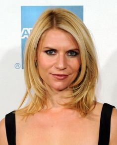 Check the latest Claire Danes hairstyles pictures here. Claire Danes mid-lenght straight side-swept hairstyle pictures and many other celebrity hairstyles Medium Length Hair With Layers, Mid Length Hair, Medium Hair Cuts, Shoulder Length Hair, Medium Cut, Claire Danes, My Hairstyle, Easy Hairstyles, Straight Hairstyles