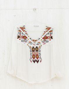 Blusa BSK com bordados. Descubra esta e muitas outras roupas na Bershka com novos artigos cada semana