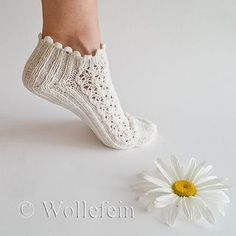 Short Summer Socks in Lace Daisy, Boomerang Heel, Rib – socker sticken Lace Socks, Crochet Slippers, Crazy Socks, Cool Socks, Knitting Socks, Baby Knitting, Loom Knitting, Free Knitting, Learn To Crochet