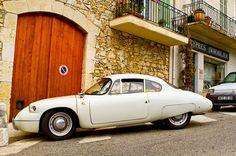 Provence'de dağ köyleri çok şaşırtıcı demiştik. Yine o köylerden birinde 1891 den 1967 ye kadar üretim yapan bir Fransız markası olan Panhard'ın otomobiline rastladık. #uzaklaryakin #fransa #france #panhard #retro #throwback #vacation #traveltheworld #bestdiscovery #travel #gezi #photography #photooftheday #photographers_tr #fotograf #europe #aixenprovence #seyahat #gezgin #macera #yolculuk #cokgezenlerkulubu #turkishfollowers #yol #instatravel #travelgram #instaturkey #cotdazur