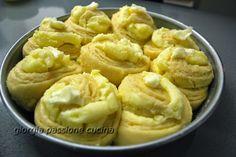 Buonissima torta delle rose con aroma agli agrumi e crema pasticcera vulcanica.