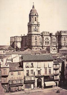 Antigua Plaza de la Constitución al fondo la catedral de Málaga.