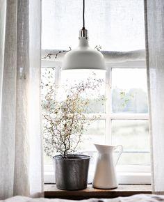 IKEA propose une variété de rideaux blancs comme les rideaux AINA, qui sont vendus par 2 et sont fait de 100% lin. The lin donne au tissu une structure irrégulière et naturelle qui laisse filtrer la lumière tout en offrant de l'intimité.