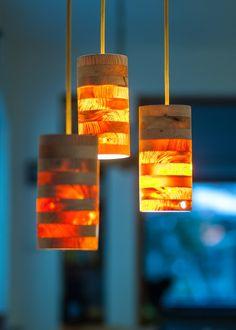 Lampa wisząca wykonana z drewna. Polski produkt. Poprzez oświetlenie widać naturalne usłojenie http://gotowewnetrza.pl/sklep/lampa-wiszaca-ananas/