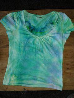 Leuke techniek met crèpe-papier ==> t-shirt nat maken en wat uitwringen - stukjes crepe-papier op de t-shirt leggen en erop drukken - t-shirt laten drogen in een bolletje (even stevig aandrukken)