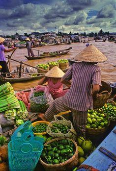 Floating market in the southwest region. Photo: Vezio Paoletti.