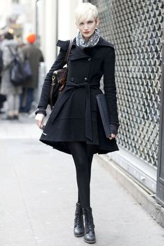 ★ Mysterious Black ★ Chic In The City~ London Street Style.- LadyLuxury I am not even about her look. It's her hair - it's adorable. Style Work, Mode Style, Looks Street Style, Autumn Street Style, Street Chic, Paris Street Fashion, London Street, York Street, Look Fashion