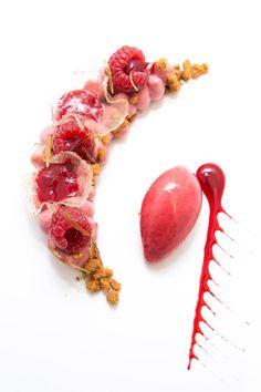 Les desserts de notre chef Pâtissier Mathieu Marchand. Comme un quart de lune, framboise et citron vert croustillant spéculos. Photo by Aline Gerard