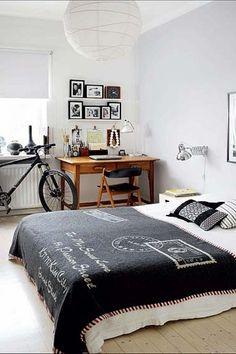 Visual clean, paredes brancas, e móveis de madeira com visual retrô.