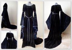 Middeleeuwse avondjurk met lange wijde mouwen en vetersluiting op de rug. Het rugpand loopt uit in een sleep. De bijpassende gordel geeft de jurk een extra middeleeuws accent.