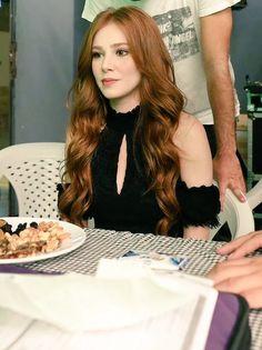 Gömülü resim Elcin Sangu, Prettiest Actresses, Hottest Redheads, Turkish Fashion, Turkish Actors, Celebs, Celebrities, Shades Of Red, Long Hair Styles