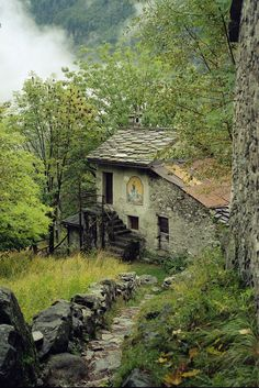 This abandoned house stirs something in me. I get this eerie feeling when i look at it. Old Buildings, Abandoned Buildings, Abandoned Places, Beautiful Buildings, Beautiful Places, Cabins And Cottages, Stone Cottages, Stone Houses, Old Barns