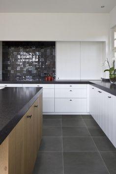 Stoneville Black en Zellige Tundra, een perfecte combinatie voor een sfeervolle keuken Kitchen Flooring, Kitchen Cabinets, Kitchen Dinning Room, Splashback, Interior Inspiration, Tile Floor, Indoor, Kitchens, Design