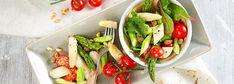 Mit den Farben grün, weiß und rot – läuten wir nicht nur optisch, sondern auch geschmacklich den Frühling ein! Beim REWE Rezept für knackigen Spargelsalat mit Kirschtomaten und weißem und grünen Spargel isst auch das Auge mit. Pfiffig gewürzt wird der Salat mit Kapern und Pinienkernen – erfrischend lecker!