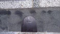 La puerta secreta del Ratoncito Pérez para acceder a Metro de Madrid Metro Madrid, Secret Doors, Tooth Fairy, Wooden Boards