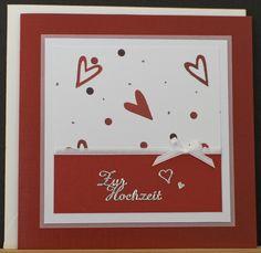 Hochzeitskarte aus hochwertigem Kartenpapier mit dekorativen Elementen aus verschiedenen Papieren, Schleifenband und Stickern. Die Karte wurde in Handarbeit gefertigt.