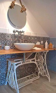 Machine à coudre ancienne détournée en meuble de toilette - support vasque. Blog À tous les étages ; Home Challenge mai 2017 détournement d'objets. http://www.decoatouslesetages.fr/2017/05/05/sous-toutes-les-coutures/