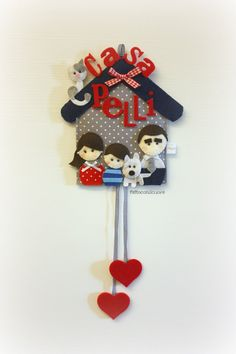 "fuoriporta coccarda ""my family"" personalizzabile come piace a te Felt Diy, Felt Crafts, Diy And Crafts, Felt Mobile, Mobiles, Patch, Wind Chimes, Jewelry Art, Projects To Try"