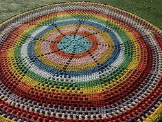 Tapete feito de crochê com barbante colorido. Lindo! R$ 250,00