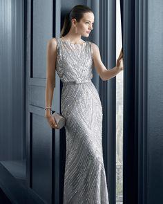 - Vestido-funda y chal de pedrería y tul Color plata, beige y Negro/Nude 81Z01 � Zapato raso color marino