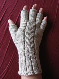 Sport or DK weight yarn. Ravelry: Tulip Cable Gloves pattern by Danie. Double Knitting, Loom Knitting, Knitting Stitches, Free Knitting, Knitting Patterns, Crochet Patterns, Fingerless Gloves Knitted, Crochet Gloves, Knit Mittens