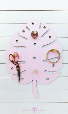 We love this adorable monstera leaf pegboard! Super cute and super functional. Click through for more details!