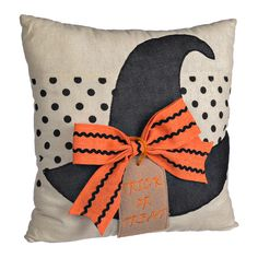 Give your Halloween living space a bit of trendy witchy fun with our Halloween Witch Hat Pillow! A patterned bow and fun style make this a sweet addition to any Halloween decor! Halloween Quilts, Halloween Sewing, Halloween Witch Hat, Halloween Pillows, Halloween Home Decor, Halloween Projects, Holidays Halloween, Scary Halloween, Witch Hats