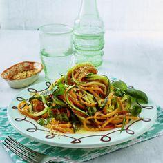 Gemüse-Spaghetti mit Basilikum, Zitronen-Vinaigrette und Mandel-Parmesan