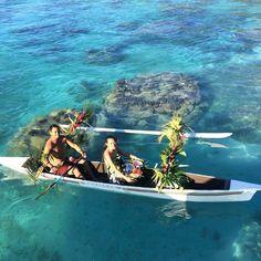 Here comes breakfast delivered by traditional Polynesian canoe (Canoe Breakfast) this is one of the pampering of (@sofitelmoorea ) this luxury when staying in a bungalow over the water! . . . . E lá vem o café da manhā no quarto de canoa ( Canoe Breakfast ) esse é um dos mimos do ( @sofitelmoorea )Experimente esse privilégio quando estiver hospedado em um bangalô sobre as águas! #ficaadica  #huggingtheworld #pacificocean #tahiti #moorea #frenchpolynesia #sofitelmoorea #paradise…