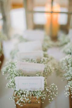 かすみ草はそのままゲストにプレゼント♡ センスがいい白のエスコートカードまとめ。結婚式で使うエスコートカード・席札一覧。