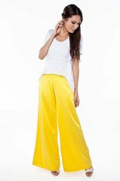 n em tecido acetinado modelo pantalona. Cintura média e fechamento lateral por zíper invisível. Ideal para compor um look elegante.