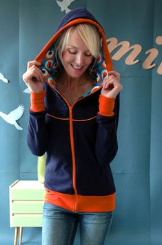 Sweatshirtjacke, Joggingjacke mit Kapuze ideal für jede Jahreszeit! Genäht aus dunkelblauem Sweatshirt mit unserem Blütenmuster in orange-blau-weiß...