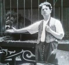Charlie Chaplin et le lion Hair Turning White, John Hawkes, Charles Spencer Chaplin, Lion, Bad Memories, Angels In Heaven, Charlie Chaplin, Imagines, Silent Film