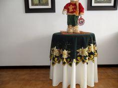 Mantel Navideño pirograbado sobre gamuza.