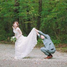 旦那さんが即興で行ったスカートめくり♩旦那さんの無邪気な姿が楽しそう~!スカートめくりショットをみんなで新しい前撮りポーズとして流行らせましょう♡笑 Bridal Poses, Wedding Poses, Wedding Couples, Wedding Dresses, Pre Wedding Shoot Ideas, Crazy Wedding, Couple Photoshoot Poses, Wedding Photography Poses, Outside Wedding